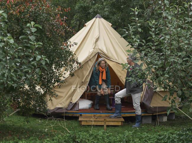 Человек, держащий палатки открыты для жены — стоковое фото