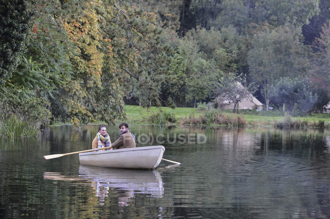 Couple in rowboat together — Stock Photo