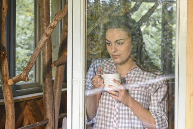 Женщина, пьющая кофе — стоковое фото