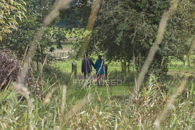 Paare, die im Feld zusammen — Stockfoto