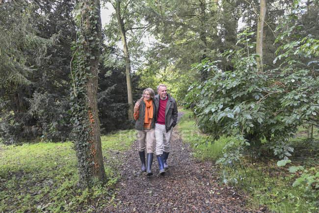 Пара Піші прогулянки у лісі — стокове фото