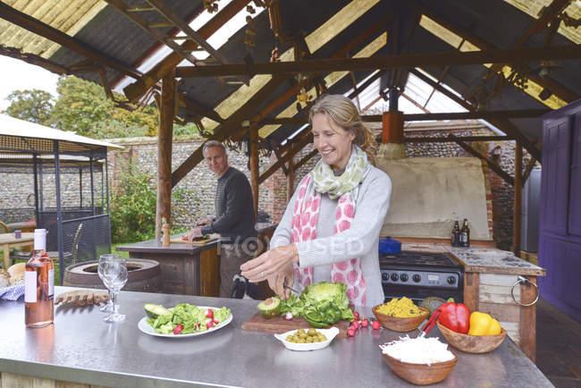Casal cozinhando na cozinha ao ar livre — Fotografia de Stock