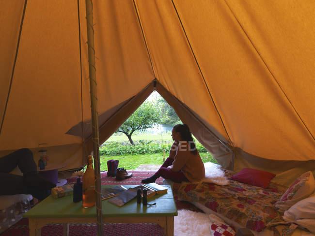 Einsame Frau sitzt im Zelt — Stockfoto