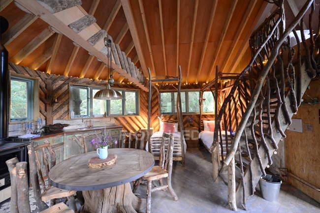 Escalier et table à manger en cabine — Photo de stock