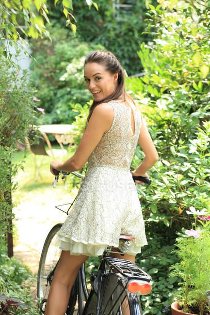 Молода жінка stitting на велосипеді — стокове фото