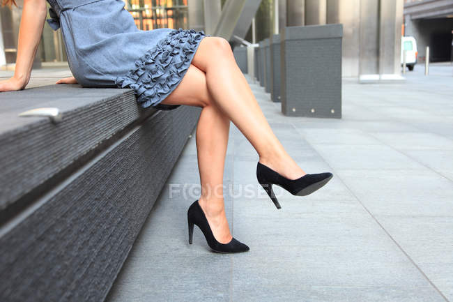 Jambes de jeune femme en hauts talons — Photo de stock