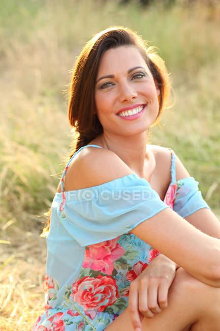 Frau im blauen Kleid posiert für Kamera — Stockfoto