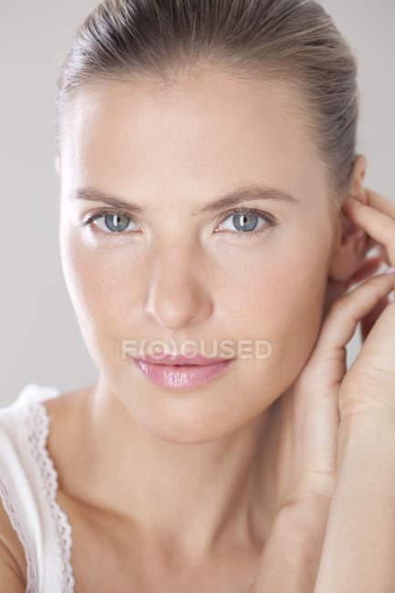 Брюнетка жінка, дивлячись на камеру — стокове фото