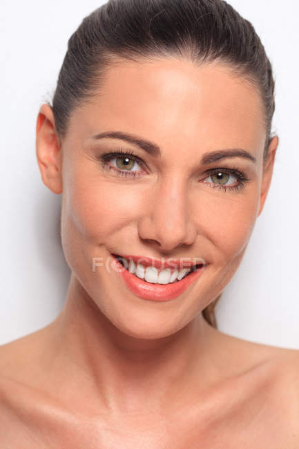Портрет молодой красивой женщины, улыбающейся — стоковое фото