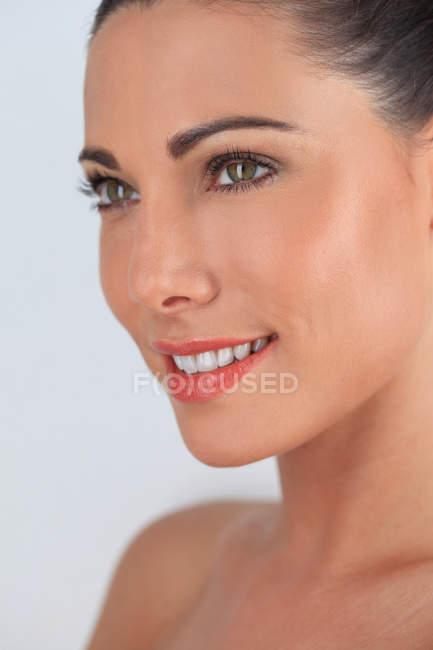 Ritratto di giovane donna stupenda sorridente — Foto stock