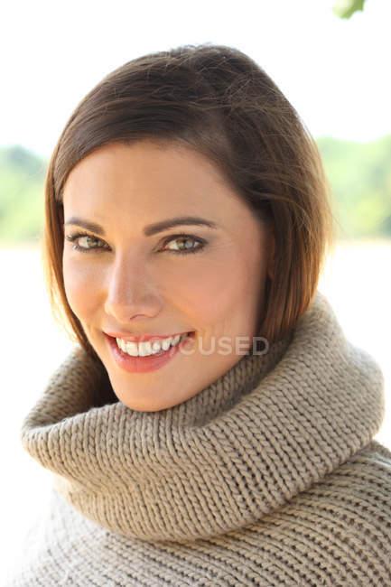 Frau im Strickpullover mit hohem Hals — Stockfoto
