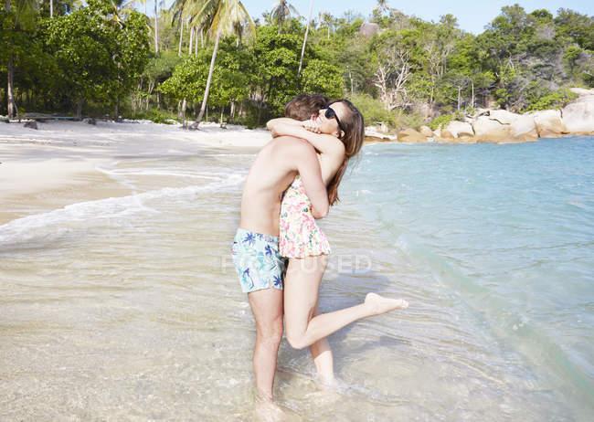 Paar Umarmt am Strand — Stockfoto