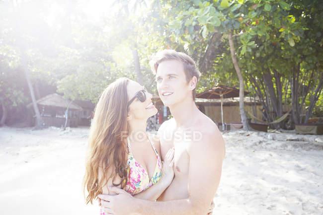 Пара обнимается на пляже — стоковое фото