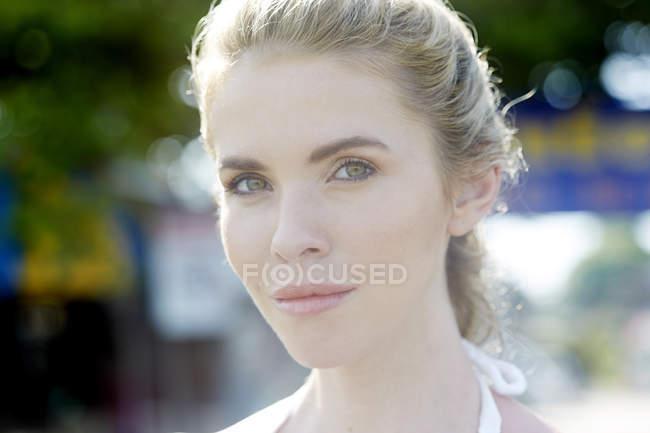 Mulher jovem, olhando para a câmera — Fotografia de Stock