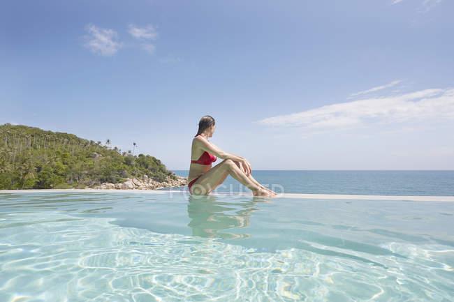 Frau Entspannung im Schwimmbad — Stockfoto