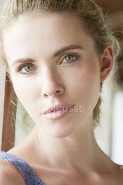 Blondine blickt in Kamera — Stockfoto