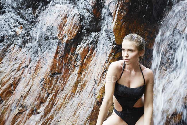 Femme posant à cascade — Photo de stock