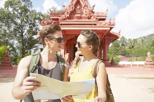 Пара холдингу карту червоний храму — стокове фото