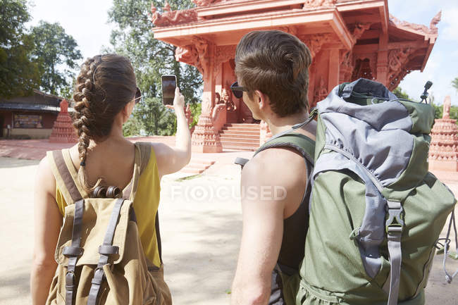 Coppia scattare foto di tempio rosso — Foto stock