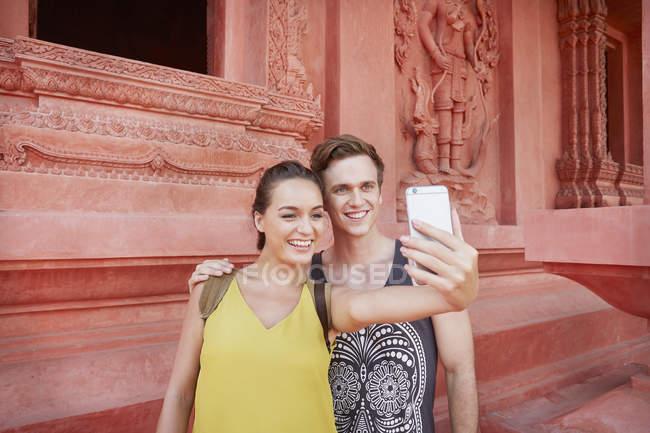Coppia scattare selfie al tempio — Foto stock