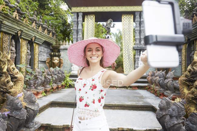 Femme prenant selfie au temple — Photo de stock
