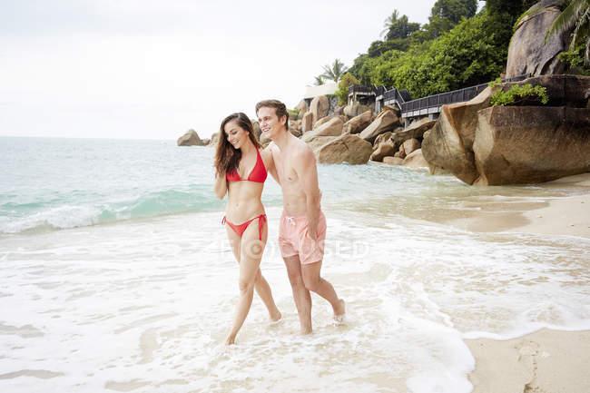 Couple marchant sur la plage — Photo de stock