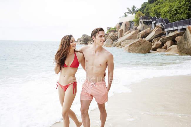Coppia passeggiando sulla spiaggia — Foto stock