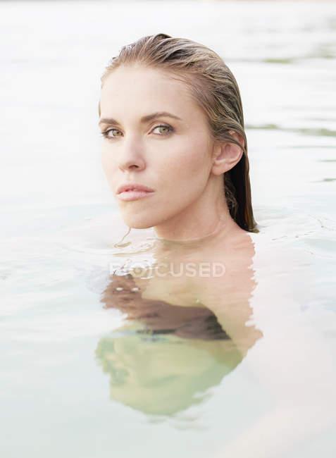 Жінка зі вологе волосся в море — стокове фото