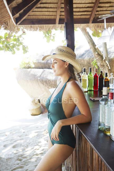 Frau Holding Kokosnuss cocktail — Stockfoto