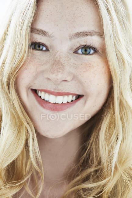 Женщина с светлыми волосами, улыбающаяся — стоковое фото