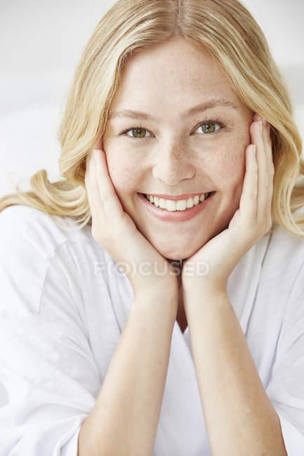 Mulher com as mãos tocando rosto — Fotografia de Stock