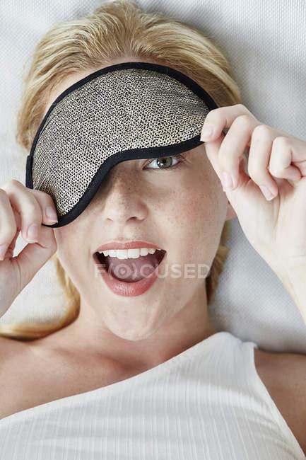 Donna con maschera per gli occhi che copre un occhio — Foto stock