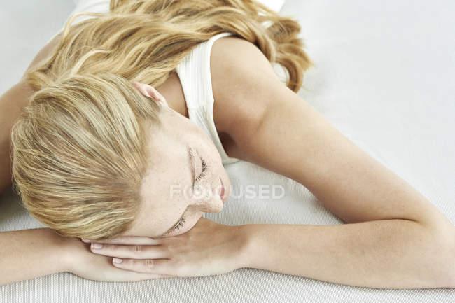 Молодая женщина, спал на кровати — стоковое фото