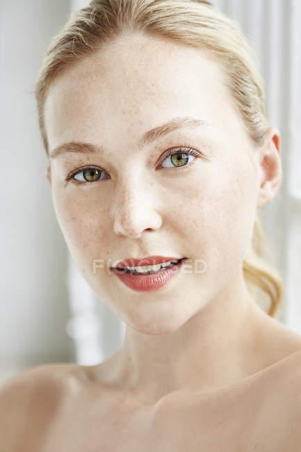 Mujer sonriendo a la cámara - foto de stock