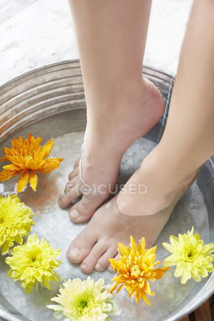 Frau badet Füße im Wasser — Stockfoto