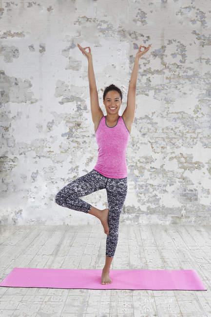 Женщина делает упражнения йоги — стоковое фото