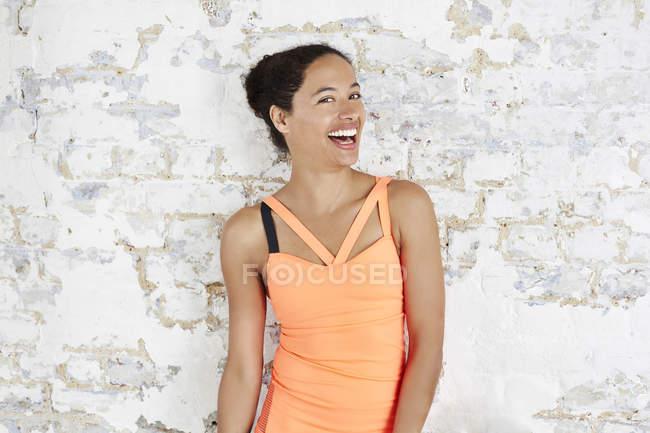 Жінка в спортивному одязі сміятися над камери — стокове фото
