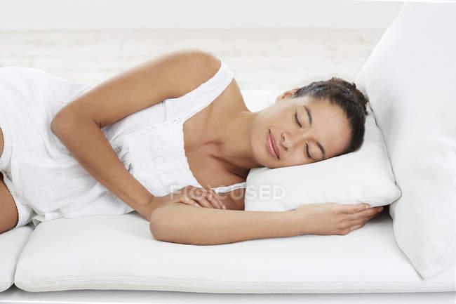 Mulher deitada no travesseiro — Fotografia de Stock
