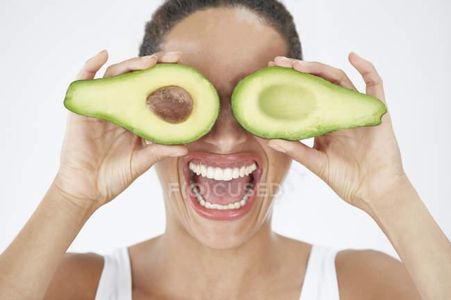 Frau mit Avocado vor Augen — Stockfoto