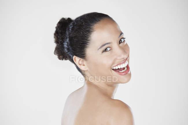 Frau mit Haar und lächelt in die Kamera — Stockfoto