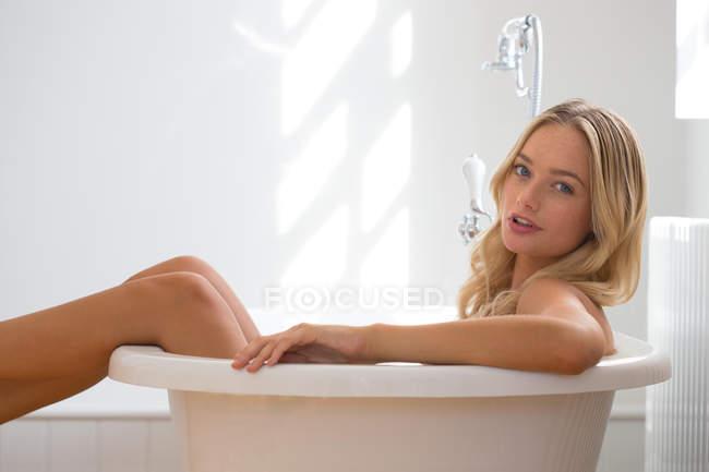 Mujer relajante en baño - foto de stock