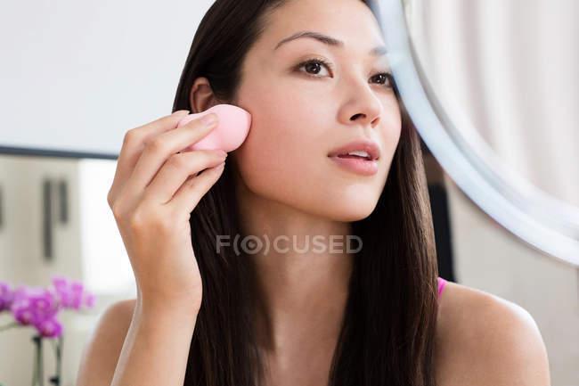 Жінка нанесення макіяжу в очі — стокове фото