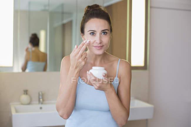 Frau Anwendung Feuchtigkeitspflege — Stockfoto