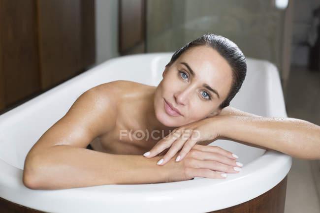 Женщина расслабляется в ванной — стоковое фото