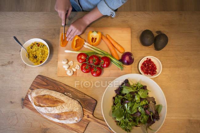 Mulher cozinhando no balcão da cozinha em casa — Fotografia de Stock