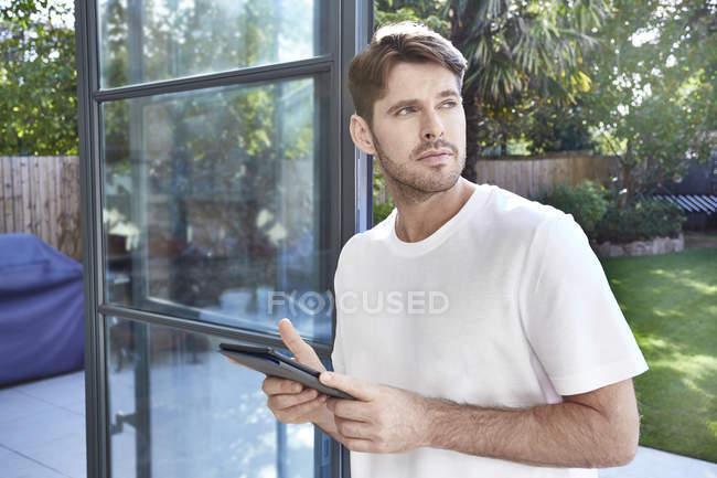 Человек держит планшетный компьютер — стоковое фото