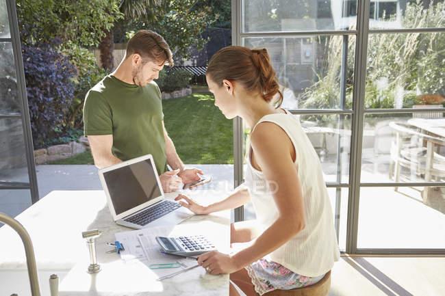 Ehepaar arbeitet zu Hause — Stockfoto