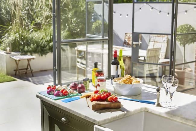 Ingredientes e vinho no balcão da cozinha — Fotografia de Stock