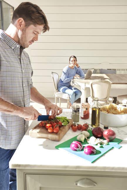 Casal cozinhar juntos — Fotografia de Stock