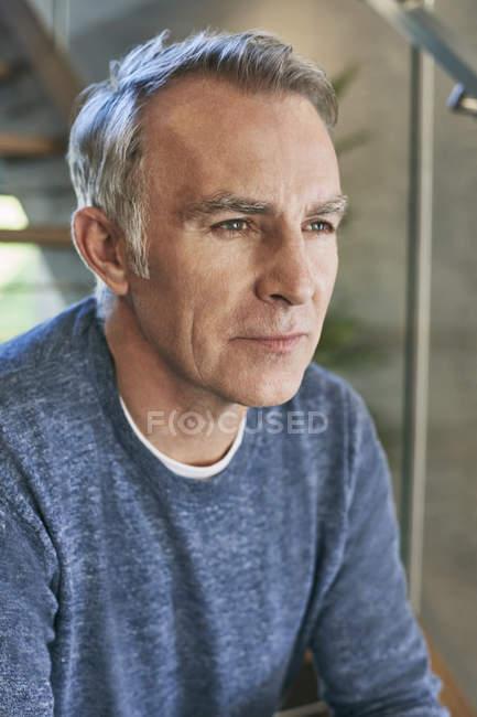 Retrato de hombre serio - foto de stock